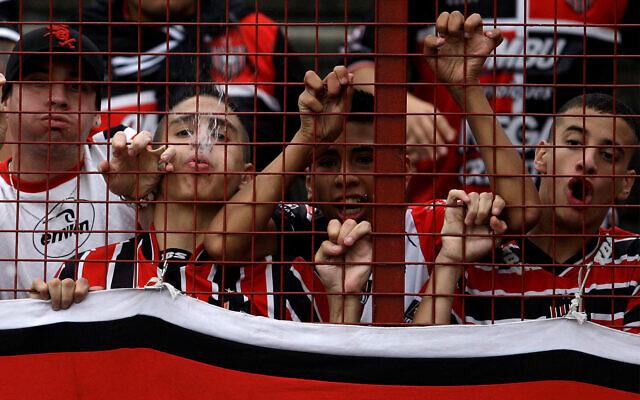Illustration : des supporters du club de football Chacarita à Buenos Aires, le  2 mais 2010. (Crédit : AP Photo/Natacha Pisarenko)