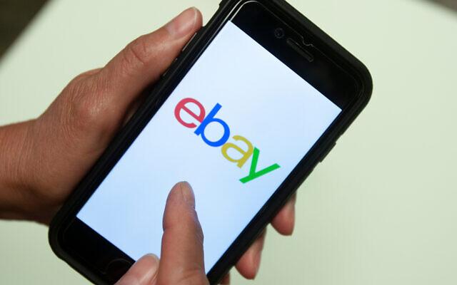 Une application Ebay est montrée sur un téléphone portable à Miami, le 11 juillet 2019. (AP Photo/Wilfredo Lee)