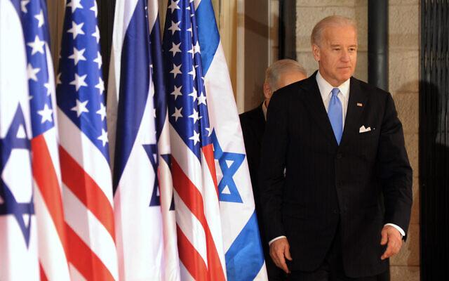 Le vice-président américain d'alors, Joe Biden, s'apprête à parler à la presse à la résidence du Premier ministre Benjamin Netanyahu à Jérusalem, le 9 mars 2010. (Crédit : AP Photo / Debbie Hill, Pool)