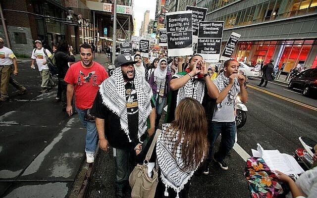 Illustration : des groupes de Palestiniens et Juifs de gauche organisent une marche de Times Square au bâtiment des Nations Unies à New York le jeudi 15 septembre 2011. Les manifestants appellent à mettre fin à toute aide américaine à Israël, à faire cesser l'occupation et à soutenir le Boycott, désinvestissement, sanctions (BDS) contre Israël. (AP Photo / David Karp)