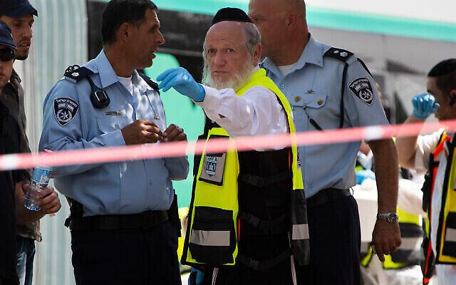 Yehuda Meshi-Zahav, alors chef du centre de secours israélien ZAKA, se tient sur les lieux d'une fusillade par un homme armé palestinien, à Jérusalem, le 13 octobre 2015. (AP Photo Oded Balilty, File)