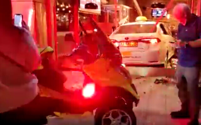 Un taxi qui s'est encastré dans la vitrine d'un restaurant à Tel Aviv, le 20 mars 2021. (Capture d'écran)
