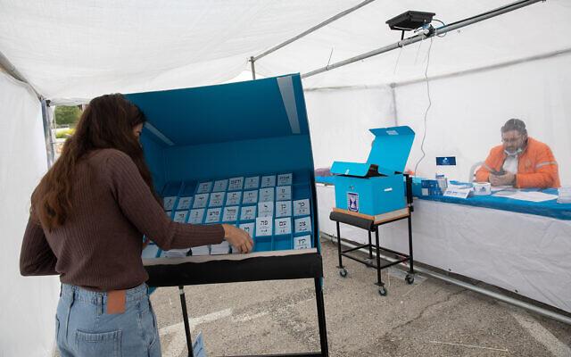 Un bureau de vote pour les personnes en quarantaine pour cause de coronavirus à Jérusalem, lors des élections à la Knesset, le 23 mars 2021. (Crédit : Olivier Fitoussi/Flash90)