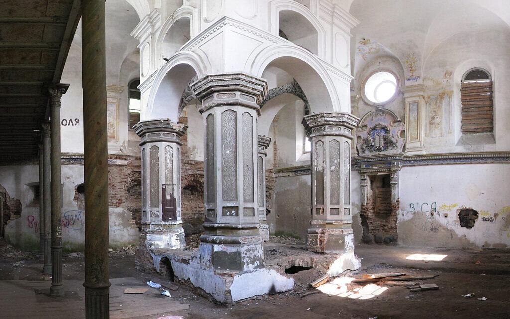 L'intérieur de la Grande synagogue de Slonim, en 2007. (Crédit : Wikimedia Commons via JTA)