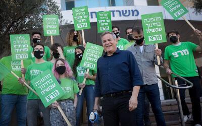 Le chef du parti de gauche Meretz avec des partisans devant le ministère de l'Éducation à Tel Aviv, le 9 février 2021. (Miriam Alster/FLASH90)