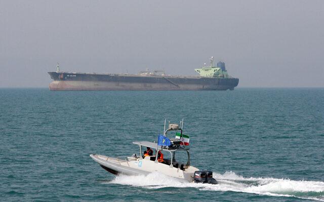 Illustration : Une vedette des Gardiens de la révolution iranienne se déplace dans le golfe Persique tandis qu'un pétrolier est vu en arrière-plan, le 2 juillet 2012. (Crédit : AP Photo/Vahid Salemi, File)
