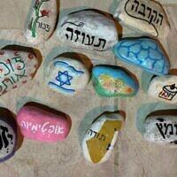 """Cailloux sur lesquels figurent des messages personnels de familles endeuillées dans le cadre du projet """"Stones with a person's heart"""" de l'organisation Navah. (Autorisation de Navah)"""