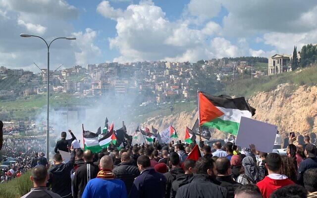 Les manifestants dans les rues d'Umm al-Fahm protestent contre l'incapacité présumée de la police à lutter contre le crime organisé et les violences dans les communautés arabes, le 5 mars 2021. (Crédit : Liste arabe unie)