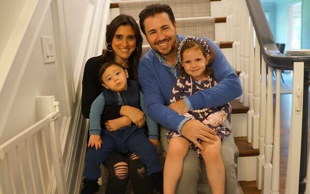 Scott et Ilissa Reich, avec leur fils Eli et leur fille Emelia, chez eux à New York. (Crédit : famille Reich)