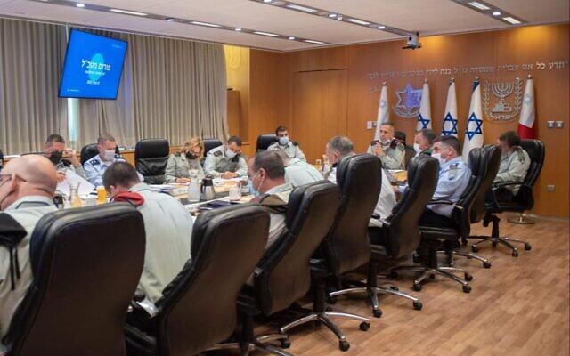 Le chef d'état-major Aviv Kohavi et l'état-major général de l'armée israélienne se réunissent pour discuter du rôle des femmes dans les rangs supérieurs de l'armée, au siège de l'armée à Tel-Aviv, le 8 mars 2021. (Crédit : armée israélienne)