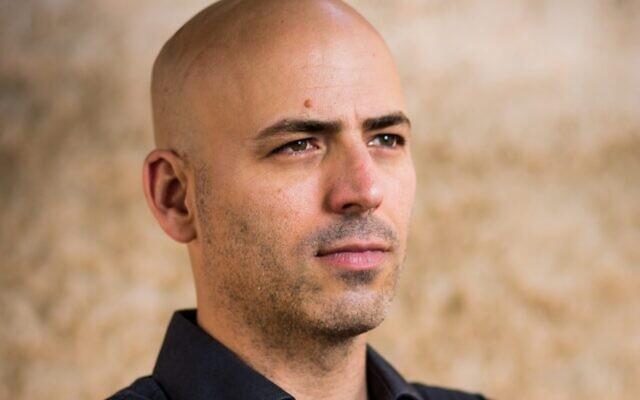 L'auteur israélien Yaniv Iczkovits, lauréat du prix littéraire Wingate en 2021. (Crédit : Eric Sultan)