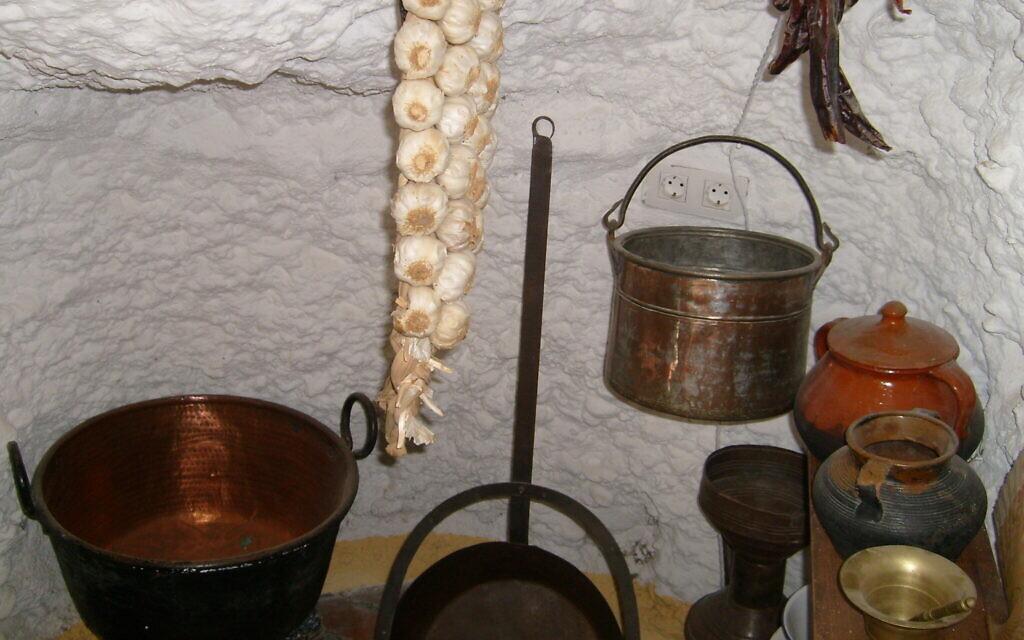 Une cuisine dans des caves de Grenade similaires à ce qui peut avoir été utilisé par des crypto-Juifs du 16e siècle. (Autorisation : Marjorie Sandor)
