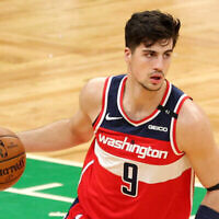 Deni Avdija, le numéro 9 des Washington Wizards, dribble à travers le terrain de basket lors du match contre les Boston Celtics au TD Garden le 8 janvier 2021 à Boston, Massachusetts. (Maddie Meyer / Getty Images via JTA)