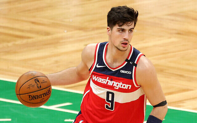 Deni Avdija, le numéro 9 des Washington Wizards, dribble à travers le terrain de basket lors du match contre les Boston Celtics au TD Garden le 8 janvier 2021 à Boston, Massachusetts. (Maddie Meyer / Getty Images via JTA)
