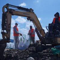 Nettoyage d'une plage ayant subi une pollution au goudron dans un endroit non-précisé, le 28 février 2021. (Crédit : Elad Yaakov, bureau de presse du gouvernement)