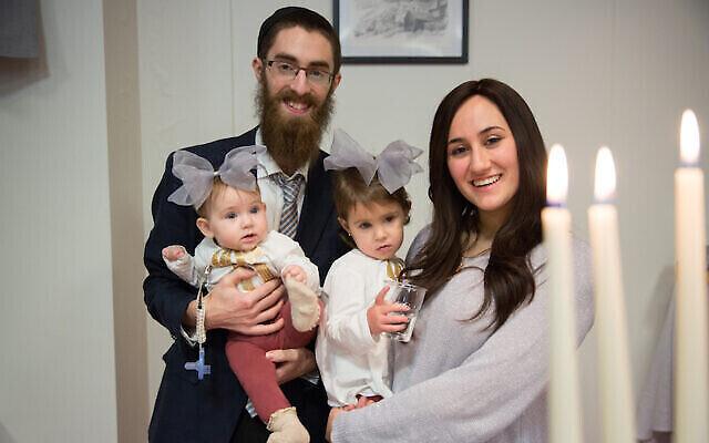 Le rabbin Avi Feldman et sa femme Mushky avec leurs deux filles, Chana et Batsheva, avant de déménager en Islande en 2018 pour y devenir les émissaires Habad. (Chabad.org via JTA)