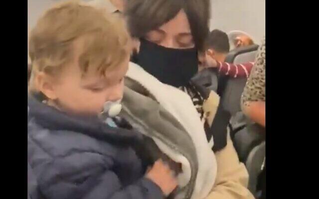 Frontier Airlines accusé d'antisémitisme après la diffusion en ligne, le 28 février 2021, de vidéos de la compagnie aérienne expulsant une famille hassidique du vol parce qu'un bambin ne portait pas de masque (Capture d'écran/Twitter)