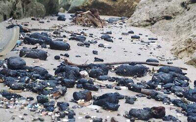 Morceaux de goudron qui se sont échoués sur la plage de la réserve naturelle de Gador, dans le nord d'Israël, le 1er mars 2021. (Yossi Aharoni)