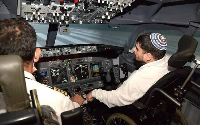 Lors de la journée des bonnes actions quatre pensionnaires de ADI sont devenus les premiers utilisateurs de fauteuils roulants au monde à s'entraîner dans un simulateur de vol avancé, avec les conseils d'un pilote d'El Al, le 16 mars 2021, (Crédit : Liat Mandel)