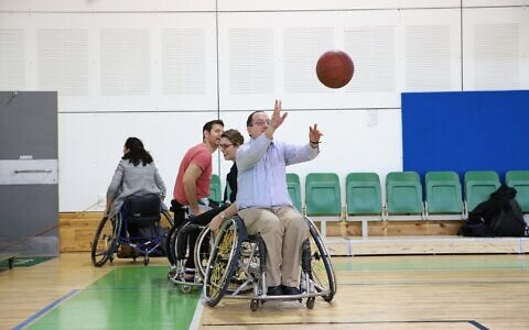 Le directeur-général de l'organisation JDC (American Jewish Joint Distribution Committee) (JDC) David M. Schizer au gymnase  Spivack de Ramat lors d'un match de basket organisé dans le cadre du partenariat Israel Unlimited  avec la fondation Ruderman et le gouvernement israélien, en février 2018. (Crédit : JDC)