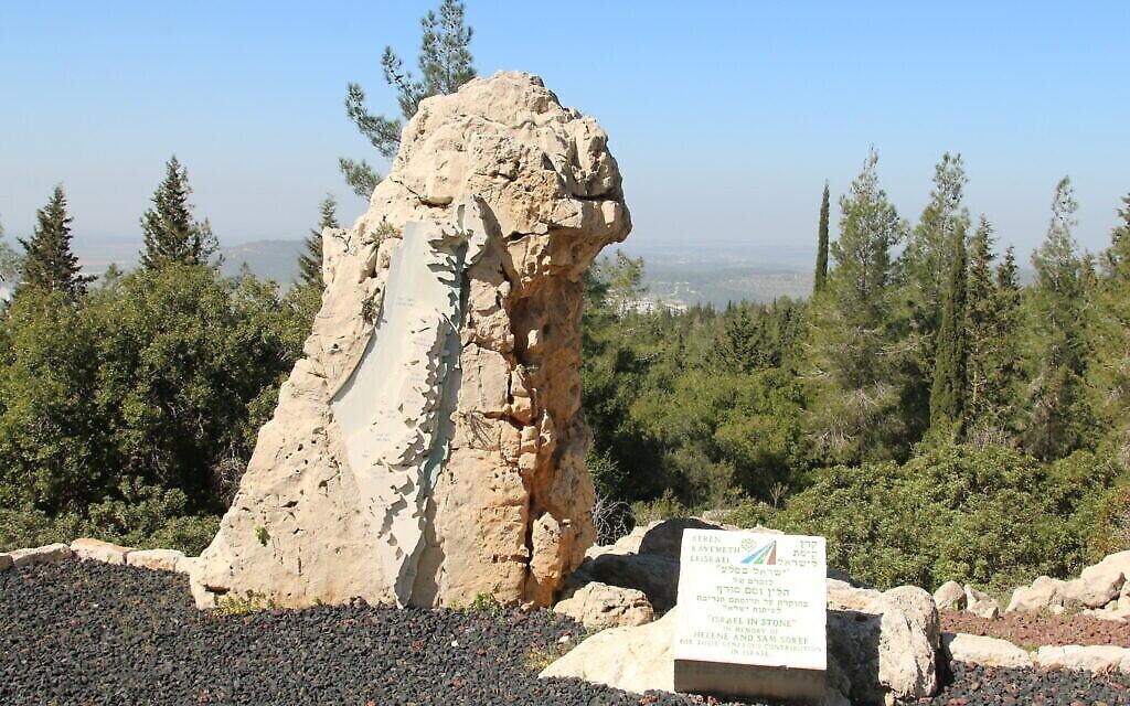 """La sculpture """"Israël en pierre"""" surplombe de beaux panoramas. (Crédit : Shmuel Bar-Am)"""