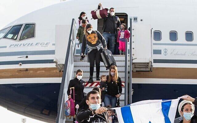 Des immigrants du Brésil et d'Argentine arrivent en Israël le 1er mars 2021. (Avishag Shar Yashuv / IFCJ via JTA)