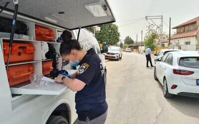 Une policière sur une scène de crime à Netivot, le 23 mars 2021. (Crédit : police israélienne)