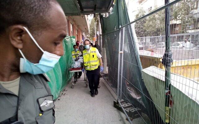 La police des frontières et des membres de ZAKA opèrent sur le chantier de Tel Aviv où un Palestinien a fait une chute mortelle après une poursuite policière, le 24 mars 2021. (Crédit : Porte-parole de ZAKA)