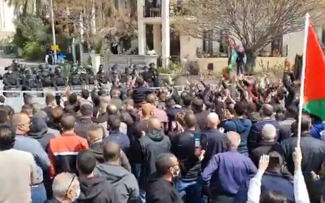 Rassemblement de manifestants contre la violence dans les communautés arabes, le 19 mars 2020 (Capture d'écran/Kan)