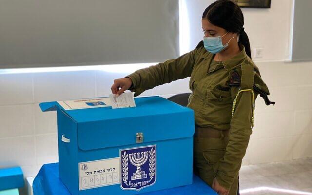 Une soldate vote pour la 24e Knesset, dans une base militaire le 17 mars 2021. (Crédit : armée israélienne)