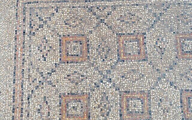 Mosaïque vieille de 1 600 ans découverte lors de fouilles archéologiques à Yavne. (Assaf Peretz/Israel Antiquities Authority)