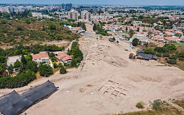 Le site où une mosaïque vieille de 1600 ans a été découverte lors de fouilles archéologiques à Yavne. (Assaf Peretz/Autorité israélienne des Antiquités)