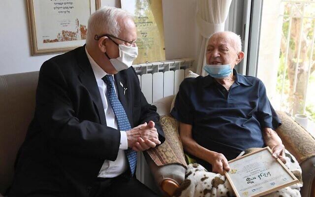 Le président Reuven Rivlin (à gauche) et Itzik Yaakoby à la Knesset, le 8 avril 2021. (Mark Neyman / GPO)