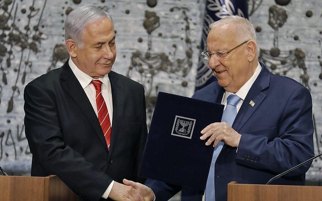 Le président Reuven Rivlin (à droite) charge le Premier ministre Benjamin Netanyahu de former un nouveau gouvernement, lors d'une conférence de presse à la résidence du président à Jérusalem, le 25 septembre 2019. (Crédit : Menahem Kahana/AFP)