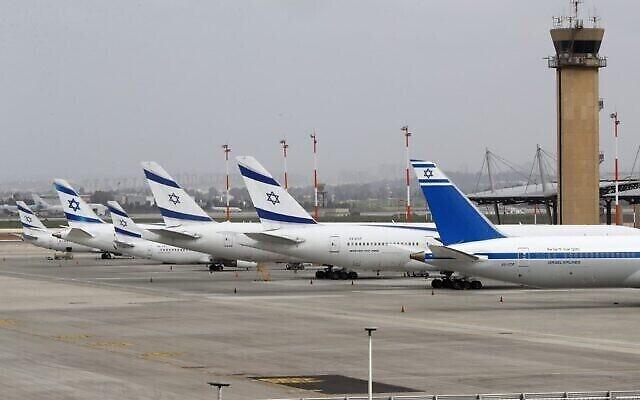 Boeing 737 d'El Al Airlines sur le tarmac de l'aéroport international Ben Gurion près de Tel Aviv, le 10 mars 2020. (Crédit : Jack Guez / AFP)