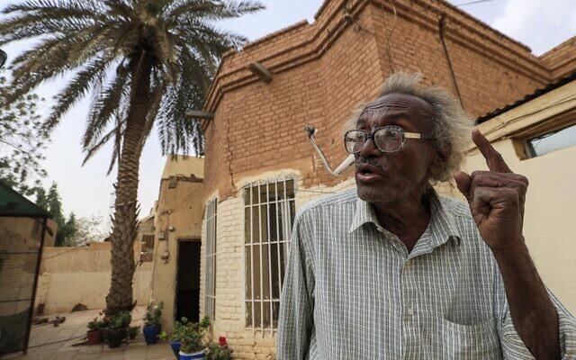 """Le Dr. Mansour Israil, petit-fils d'un Juif irakien installé au Soudan et dont la famille s'est ensuite convertie à l'islam, lors d'une interview à l'AFP devant son domicile, dans le quartier autrefois connu sous le nom de """"quartier juif"""" à Omdurman, ville jumelle de la capitale soudanaise, le 18 février 2021. (Crédit : ASHRAF SHAZLY / AFP)"""
