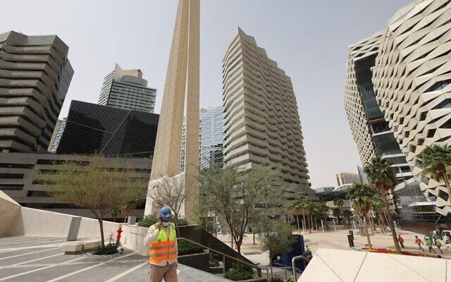 Des ouvriers dans le King Abdullah Financial District (KAFD) à Riyad, la capitale saoudienne, le 16 mars 2021. (Crédit : Fayez Nureldine / AFP)