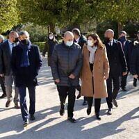 La maire de Paris Anne Hidalgo (centre droit) et le ministre français des Affaires étrangères Jean-Yves Le Drian (centre gauche) arrivent pour une cérémonie d'hommage marquant le 27e anniversaire du génocide rwandais au Jardin de la Mémoire dans le parc de Choisy à Paris, le 7 avril 2021.Le gouvernement français a ordonné l'ouverture d'importantes archives d'État concernant le génocide au Rwanda, à l'occasion du 27e anniversaire du début de la tuerie qui fait encore planer une ombre sur la France. (Ludovic MARIN / AFP)