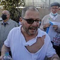 Le député Ofer Cassif, membre juif de l'alliance électorale à prédominance arabe Liste arabe unie, est photographié après avoir été frappé et arrêté par la police israélienne lors d'une manifestation dans le quartier de Sheikh Jarrah à Jérusalem, le 9 avril 2021. (AHMAD GHARABLI / AFP)