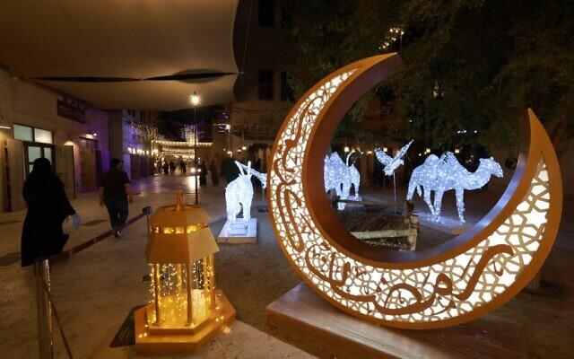 Des décorations traditionnelles de lanternes et de croissants de lune mises en place et allumées dans le quartier de Seef, à Dubaï, avant le mois de jeûne sacré musulman du Ramadan, le 11 avril 2021. (Crédit : GIUSEPPE CACACE / AFP)