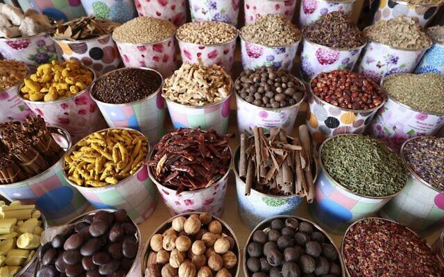 Des herbes et des épices sont exposées sur un marché de Dubaï, aux Émirats arabes unis, avant le mois de jeûne musulman du Ramadan, le 12 avril 2021. (Crédit : Karim SAHIB / AFP)