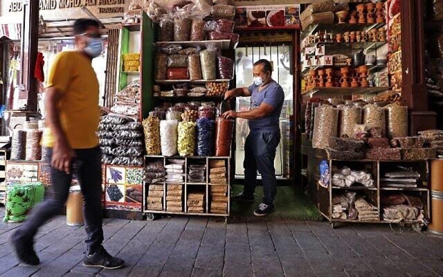 Un marché de Dubaï, aux Émirats arabes unis, avant le mois de jeûne musulman du Ramadan, le 12 avril 2021. (Crédit : Karim SAHIB / AFP)