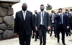 Le secrétaire américain à la Défense, Lloyd Austin (L), quitte le mémorial de la Shoah de Yad Vashem à Jérusalem après une cérémonie dans la salle du souvenir, le lundi 12 avril 2021. (Photo par Heidi levine / POOL / AFP)