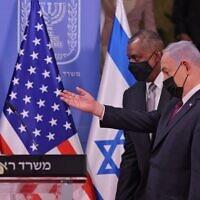 Le secrétaire d'Etat américain Lloyd Austin reçu par le Premier ministre Benjamin Netanyahu à Jérusalem, le 12 avril 2021. (Crédit : Menahem KAHANA / POOL / AFP)