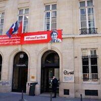 Des tags antisémites sur le fronton de Sciences Po Paris, le 12 avril 2021. (Crédit : Thomas SAMSON / AFP)