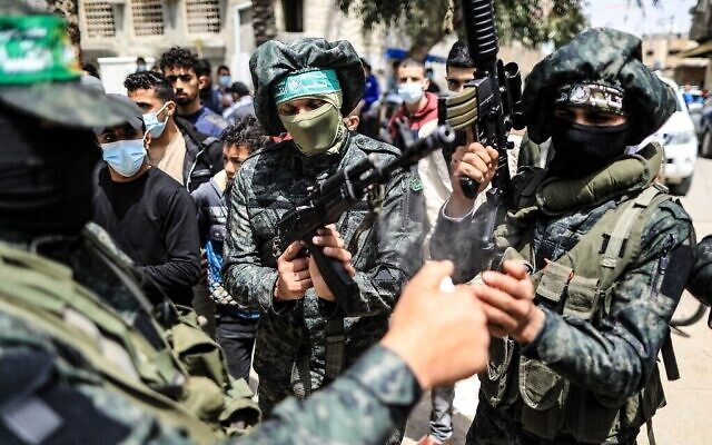 Des combattants des Brigades Ezzedine al-Qassam, la branche armée du mouvement Hamas, dans le camp de réfugiés de Nuseirat, dans le centre de la bande de Gaza, le 18 avril 2021. (MAHMUD HAMS / AFP)