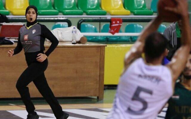 L'arbitre de basket-ball égyptien Sarah Gamal observe les joueurs lors d'un match entre les équipes d'Al-Ittihad et d'Al-Geish à l'Al-Ittihad Al-Sakandari Arena dans la ville d'Alexandrie, dans le nord du pays, le 17 avril 2021. (Crédit :  Hazem GOUDA / AFP)