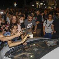 Des Arabes israéliens et des manifestants israéliens de gauche organisent une manifestation contre les groupes de droite qui s'emparent de maisons à Jaffa, près de Tel Aviv, le 19 avril 2021. (Crédit : AHMAD GHARABLI / AFP)