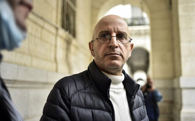 Said Djabelkhir, un spécialiste algérien renommé de l'islam, devant le palais de justice de Sidi Mhamed, à Alger, en Algérie, le 22 avril 2021. (Crédit : RYAD KRAMDI / AFP)