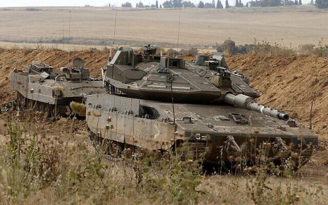 Des tanks israéliens stationnés le long de la frontière entre Israël et Gaza, le 24 avril 2021. (Crédit : JACK GUEZ / AFP)